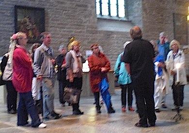 Prästen guidar i Vadstena kyrka Foto: BP
