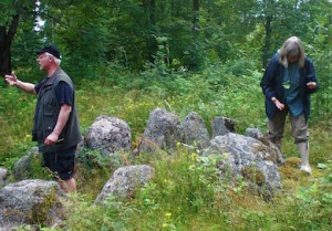 Domarring. Kersti Wistrand inspekterar marken