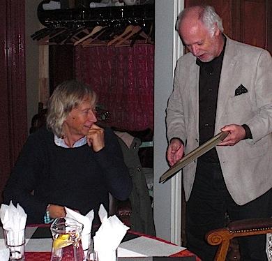 Sören Brynielsson får sitt hedersmedlemsbevis av ordförande Börje Peratt