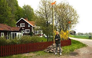 Sören utanför sin stuga och ateljé vid Ombergs fot