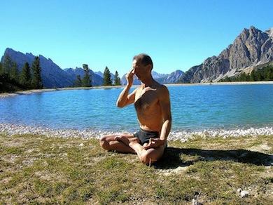 Andningsövning inom yoga (Wikimedia Commons)