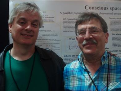 David Chalmers och Jan Pilotti vid poster Conscious Spacetime.