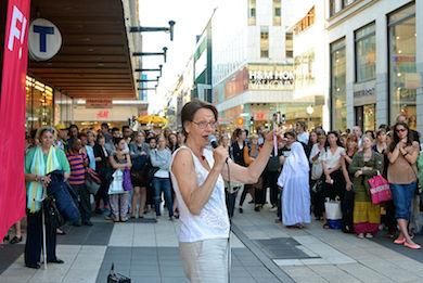 Gudrun Schyman på torgmöte i Stockholm.
