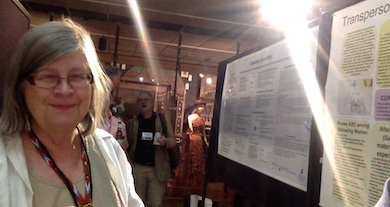 Kersti Wistrand vid sin poster Transpersonella upplevelser vid barnafödande
