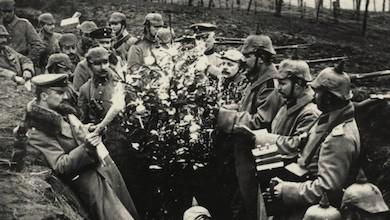 Tyska och engelska soldater möts på julafton 1914.