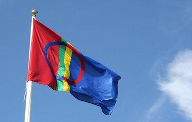 Den samiska flaggan har vajat i Norge, Finland, Ryssland och Sverige sedan 1986, då den antogs. Foto: Anna Skielta