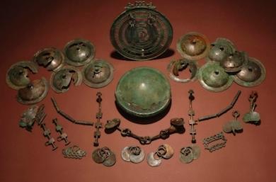 De två hästutrustningarna från Eskelhem. I mitten finns fragment av den runda skålen som bronsålderns kvinnor satte fast i bältet på sin dräkt. [2]