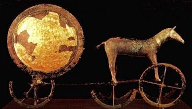 Trundholmsvagnen föreställer en gyllene solskiva dragen av en häst. Påträffades 7 september 1902 i en mosse på Själland i Danmark.