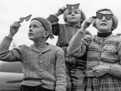 Barn med skyddsglasögon studerar solförmörkelsen 1954.