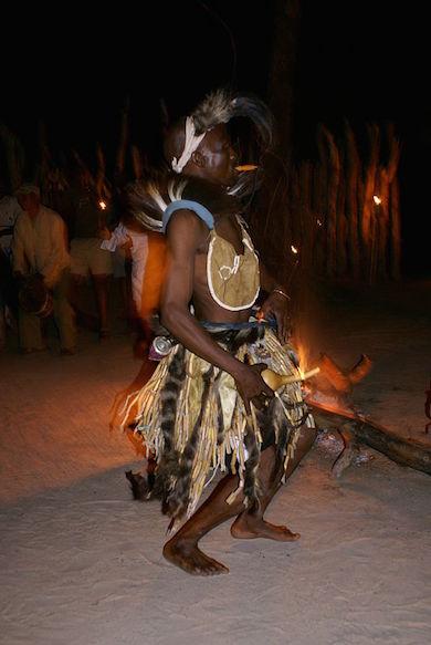 Äldre bushman dansar. Foto: Justin Hall, flickr