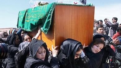 Afghanska kvinnor bär 27-åriga Farkhundas kista. Foto: Massoud Hossaini/TT.