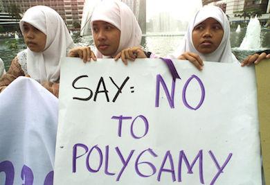 Indonesiska flickor med plakat: Säg nej till månggifte