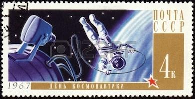 Arkivfoto - USSR - CIRCA 1967: En stämpel tryckt i Sovjetunionen visar kosmonaut i rymden
