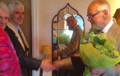 HK-grupp Väst uppvaktar Erik Enby vid DIplomutdelning