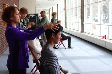 Sjuksköterska Roberta Brown från Greenwich Hospital praktiserar healing på frivilliga.