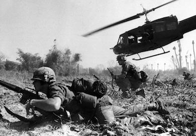 Amerikanska Vietnamsoldater 1965 (wikimedia.commons /Bruce Crandall)