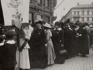 demonstrationståg för kvinnlig rösträtt i Göteborg 1918.