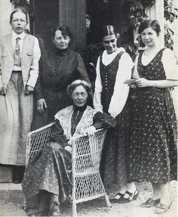 Fogelstagruppen, från vänster: Elisabeth Tamm, Ada Nilsson, Honorine Hermelin, Elin Wägner. Sittande: Kerstin Hesselgren.