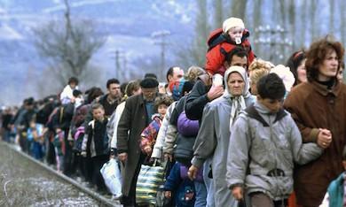 Flyktingar från Ukraina på marsch mot Ryssland.