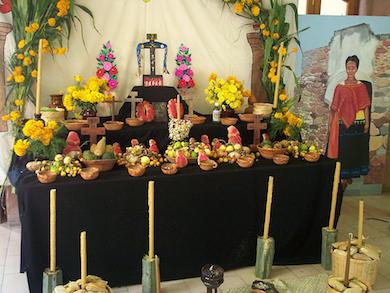 Ett nutida mexikanskt altarbord under Allhelgona (Wikimedia Commons)