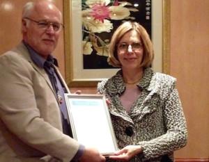 Ursula Flatters tilldelas Humanism & Kunskaps diplom och Universe Globe 2015