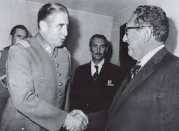 Pinochet tackar Kissinger för hjälpen att ta över Chile.
