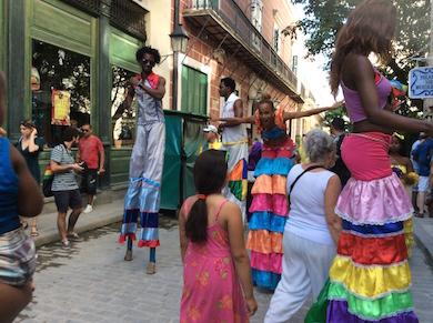 Gycklare på styltor i Havanna 29.12.15