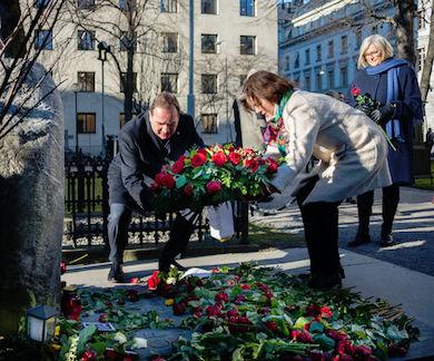 Statsminister Stefan Löfven och partisekreteraren Carin Jämtin lägger ner en krans på Olof Palmes grav på Adolf Fredriks kyrkogård den 28 februari 2016, 30 år efter mordet. Public Domain