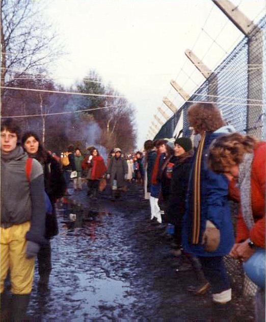 December 1982 höll 30 000 kvinnor varandra i handen runt det 9,7 km långa stängslet. Foto: Ceridwen