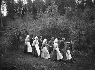 Vandring till källa i Söderbärke trefaldighetsaftonen 1908. Nordiska museet.