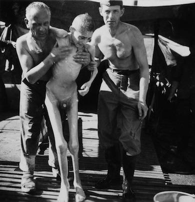 Utmärglad pojke vid Belsenlägret räddas av rödakorsarbetare