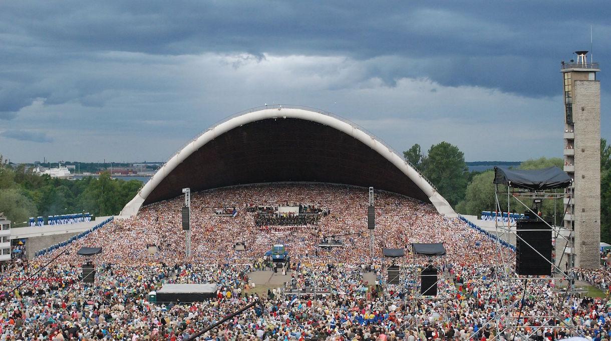 Traditionen med sångfester föddes med Estlands gryende nationalkänsla (1850–1918). Den första hölls i Tartu sommaren 1869. En av initiativtagarna var Johann Voldemar Jannsen. Till en början deltog enbart manskörer och blåsorkestrar. I den första festen deltog 822 sångare och 56 instrumentalister. Från och med den fjärde sångfesten deltog även blandade körer och 1896 flyttade evenemanget till Tallinn. 1947 införde sovjetregimen strikta regler för vilken repertoar som fick förekomma. När gosskörer och barnkörer också fick delta steg antalet deltagare till 33 000 deltagare.