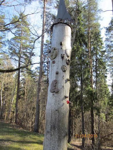 Energipelaren som visar positiv jordenergi, uppförd i Otepää 1992. Foto Kersti Wistrand