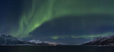 Norrsken (Aurora borealis) över Lyngen fjord 2012 mars. Wikicommons