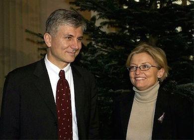Utrikesminister Anna Lindh med Serbiens premiärminister Zoran Đinđić som mördades två timmar innan han skulle träffa Anna Lindh i Belgrad, mars 2003. Ett halvår senare mördades också Anna av en människa med ursprung i samma land. (wikicommons)