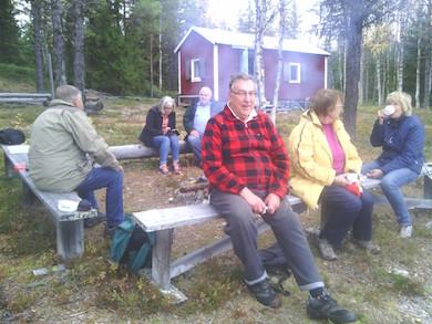 Sten Granström och vänner vid sommarstugan