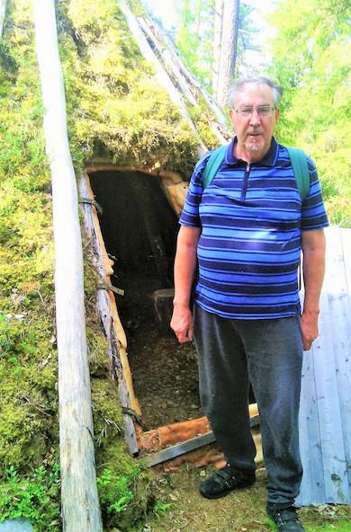 Sten Granström framför kåta vid södra Vojmån. Foto K. Wistrand