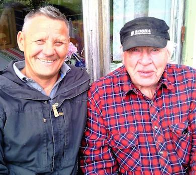 Thord Wikström (till höger) med samiske vännen och läraren Axel Grahn från Östersund som kom för att köpa virke från sågen. Foto: Dan-Axel Grahn