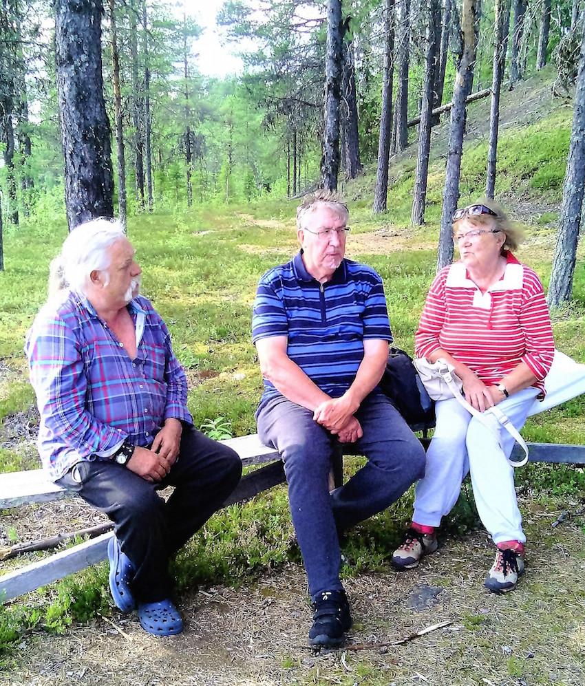 """""""Sven-Olle"""" Nyberg, Sten och Ulrika Granström framför kulle med spår av stenåldersbosättning. Foto: K. Wistrand"""