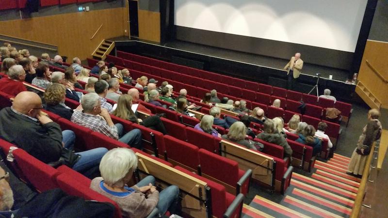 Erik Enby håller frågestund efter filmvisning av Läkaren som vägrade ge upp på Kulturum i Partille. Foto Henrik Enby