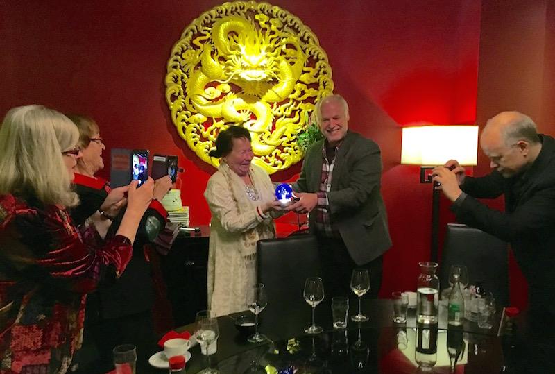 Åsa Simma tar emot Universe Globe av HK styrelseordförande Börje Peratt