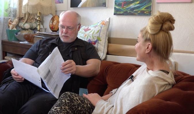 Börje Peratt intervjuar vittne för dokumentären Sista Striden Foto Lars af Sillén