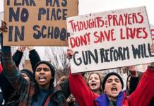 """Demonstration av tonåringar utanför Vita huset, organiserat av det nybildade """"Teens For Gun Reform"""" efter skjutningen i Florida. Foto: Lorie Shaull, Washington, USA. Wikimedia"""