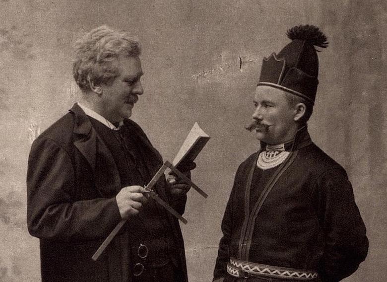 Professor Gustaf Retzius och herr Fjällstedt från Härjedalen, 1905.[23] Retzius utför antropologiska mätningar.
