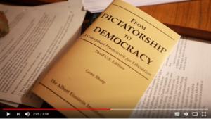 Från diktatur till demokrati på pacifisters nattduksbord