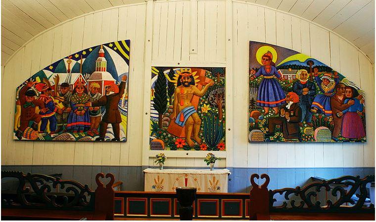 Jukkasjärvi kyrka med altartavla av Bror Hjort (1894 – 1968). Foto: NilssonHarHund. Wikipedi