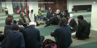 Lorna Byrne (iförd grön sjal) berättar om änglarna och bönens betydelse i en amerikansk moské. Skärmdump