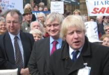 Premiärminister Boris Johnson i demonstration mot nedläggningen av sjukhusplatser 2006. Foto: Johnhemming, eng. Wikipedia.